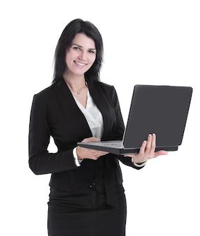 Moderne geschäftsfrau mit laptop. isoliert auf weiß. foto mit textfreiraum