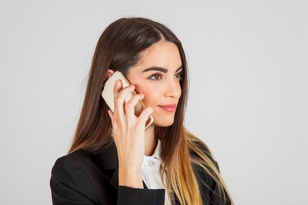 Moderne geschäftsfrau mit telefon