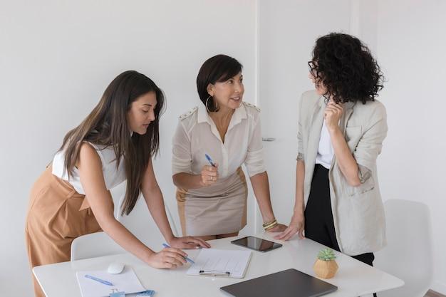 Moderne geschäftsfrauen, die zusammen an einem projekt arbeiten