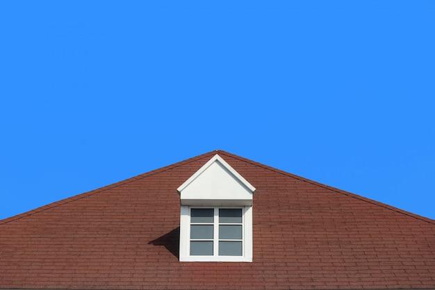 Moderne giebeldachdesign-hausmauer mit klarem hintergrund des blauen himmels.