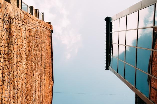 Moderne glas- und backsteingebäude