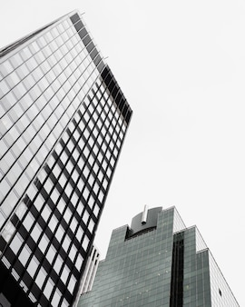 Moderne glasgebäude des niedrigen winkels