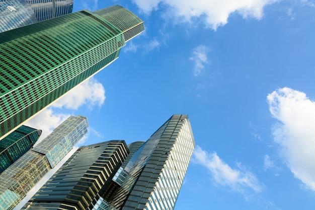 Moderne glasgebäude wolkenkratzer im finanzviertel der stadt über blauem himmelshintergrund