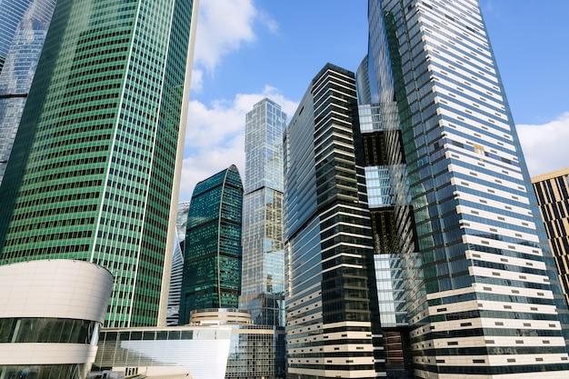 Moderne glashochhäuser wolkenkratzer im finanzviertel der stadt