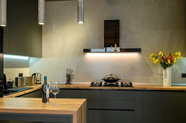 Moderne große dunkelgraue luxusküchennahaufnahme