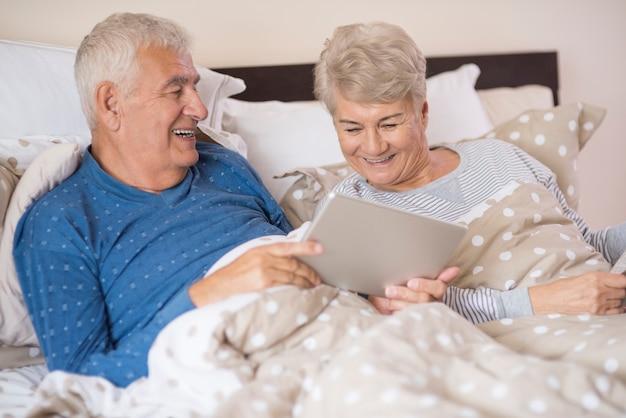 Moderne großeltern, die im schlafzimmer ruhen