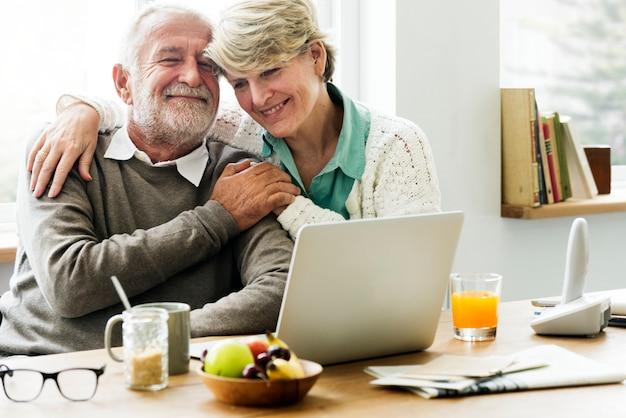 Moderne großeltern unterhalten sich mit ihrer enkelin