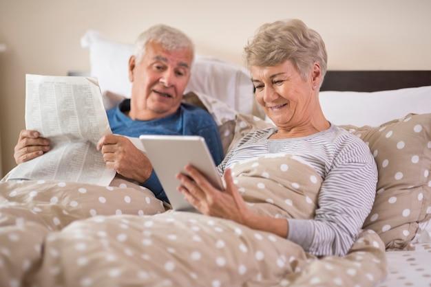 Moderne großmutter und traditioneller großvater am morgen