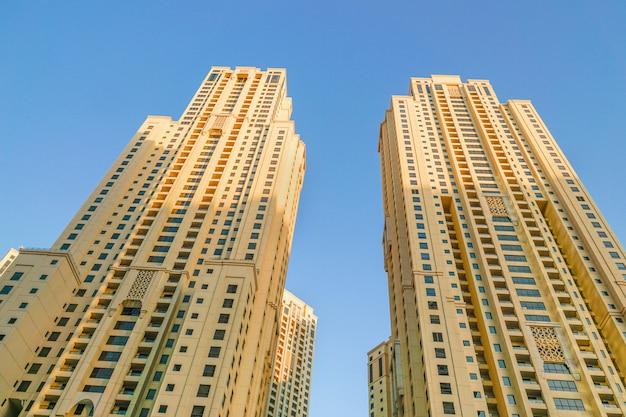 Moderne hochhäuser. hintergrundarchitektur dubai marina. dubai.