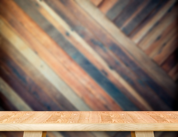 Moderne holztischspitze an unscharfem diagonalem hölzernem plankenwandhintergrund