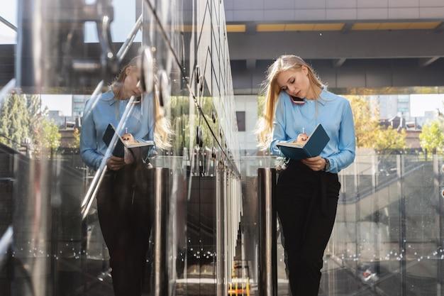Moderne junge frau in einer großstadt