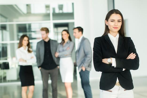 Moderne junge geschäftsleute im büro