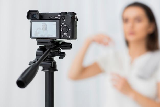 Moderne kamera der nahaufnahme auf einem stativ