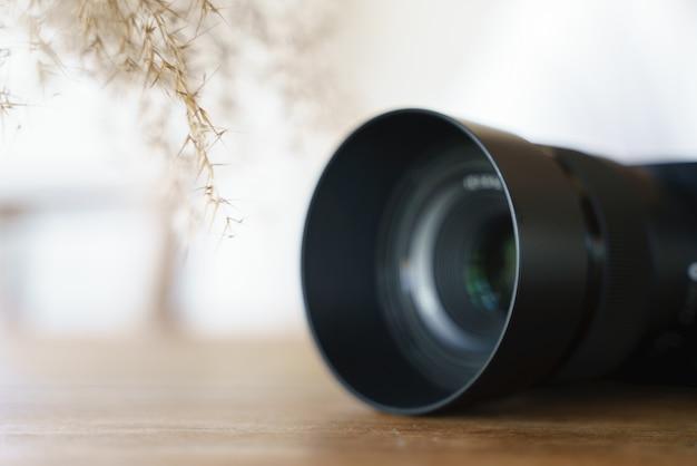 Moderne kamera mit objektiv für professionelle fotografie