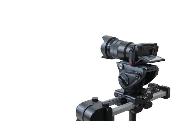 Moderne kamera mit video-kugelkopf auf automatischer gleitschiene, die video auf weißem hintergrund aufnimmt