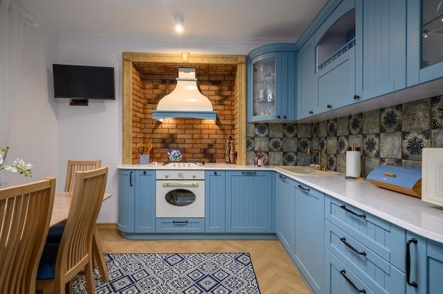 Moderne klassische luxuriöse küche und esszimmer