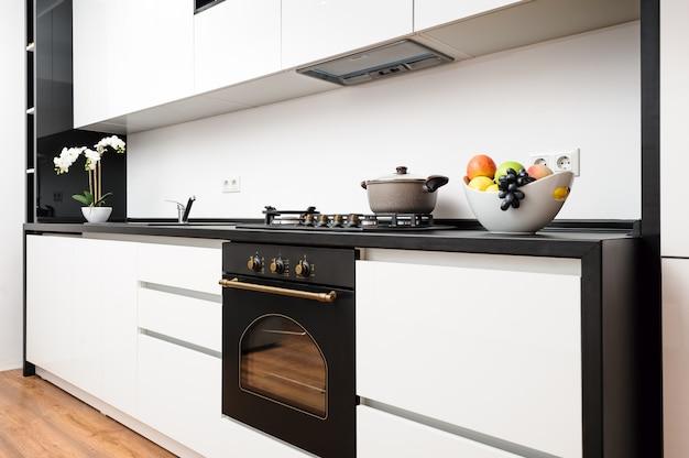 Moderne klassische schwarzweiss-küche