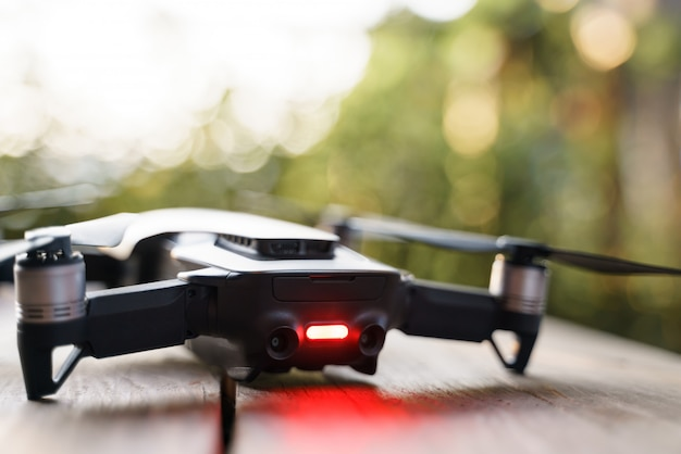 Moderne kleine quad-copter-drohne mit digitalkamera