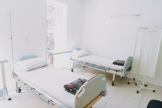 Moderne komfortable krankenstation mit zwei betten.