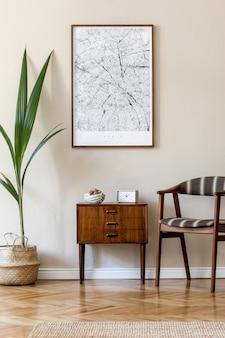 Moderne komposition des wohnzimmers mit braunem posterrahmen, design-retro-kommode, stuhl, rattankorb mit palmenpflanze und eleganten accessoires. . stilvolles homestaging. japandi.