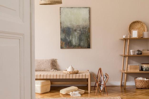 Moderne komposition des wohnzimmers mit design-chaiselongue, mock-up-malerei, rattandekoration, holzwürfel, teppich und eleganten persönlichen accessoires. stilvolles orientalisches konzept der wohnkultur.
