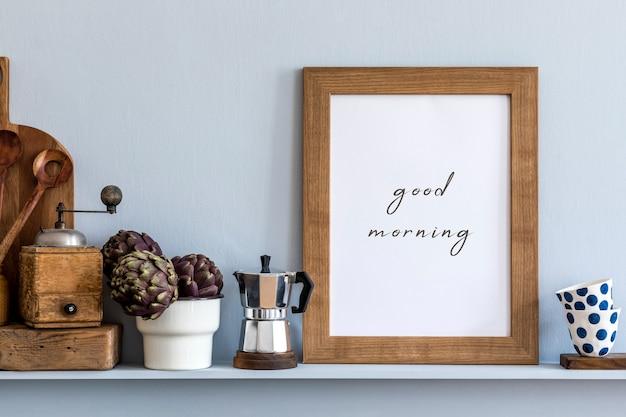 Moderne komposition im kücheninterieur mit fotorahmen, holzschneidebrett, kräutern, gemüse und küchenzubehör in stilvoller wohnkultur.
