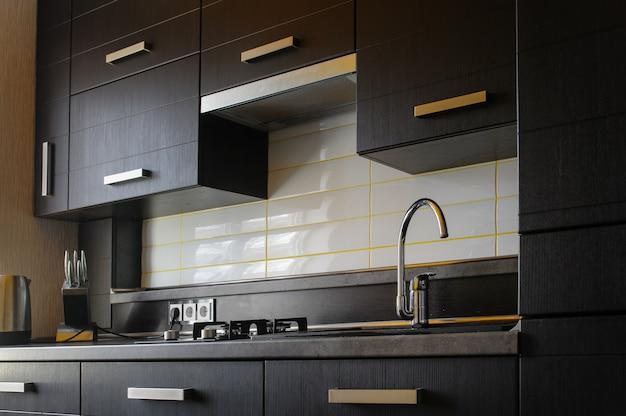 Moderne küche in braun mit top geräten