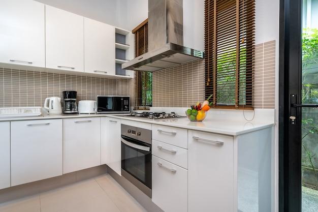 Moderne küche mit kücheninsel und küchengerät