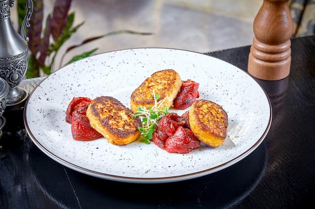 Moderne küche. nahaufnahme oben auf restaurant, das schnitzel vom hecht auf gegrilltem paprika mit mikrogrün auf weißem teller serviert. gesundes lebensmittelkonzept. gegrilltes fleisch. burger. flach liegen. meeresfrüchte. fisch