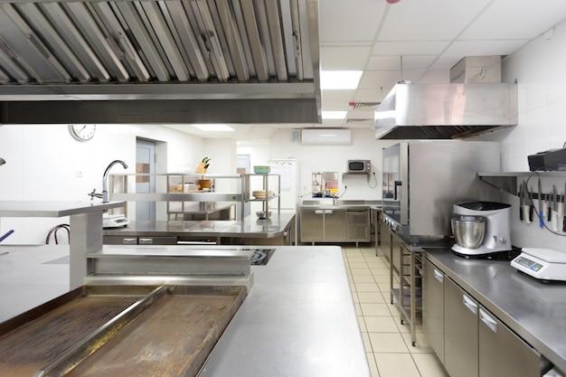 Moderne küchenausstattung in einem restaurant
