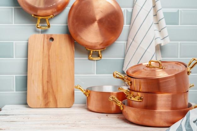 Moderne küchendetails mit kupfernem küchengeschirrabschluß oben