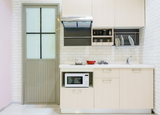 Moderne küchenmöbel mit modernen küchengeräten wie dunstabzugshaube