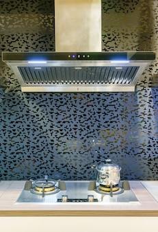 Moderne küchenmöbel mit zeitgemäßem küchengeschirr im haus.