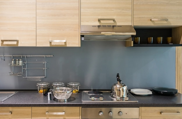 Moderne küchentheke mit hartholz-finish und granit arbeitsplatte und holzschrank