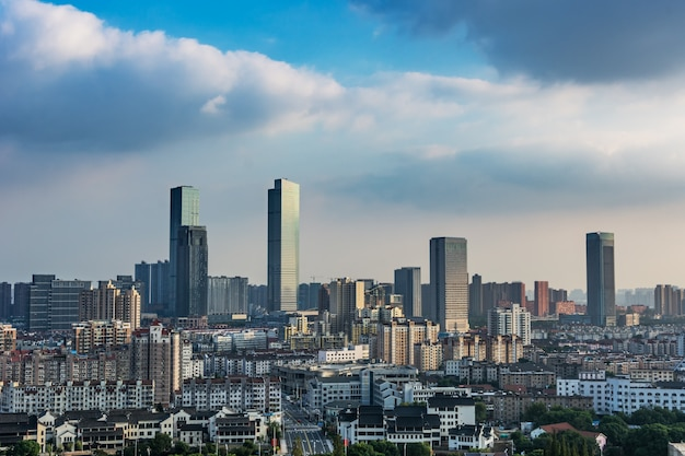 Moderne kunst städtischen skyline atom