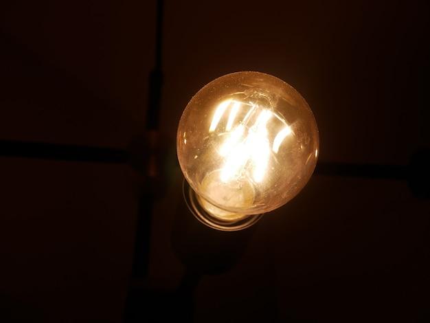 Moderne lampe flackert in einem interieur im loft-stil. schöne designidee.