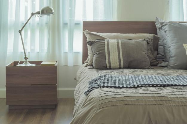 Moderne landhausstilbettwäsche und leselampe mit retrostilfilter
