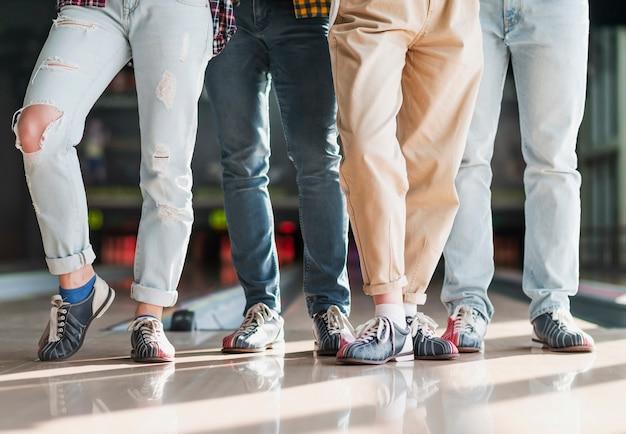 Moderne leute, die in einem bowlingspielverein stehen