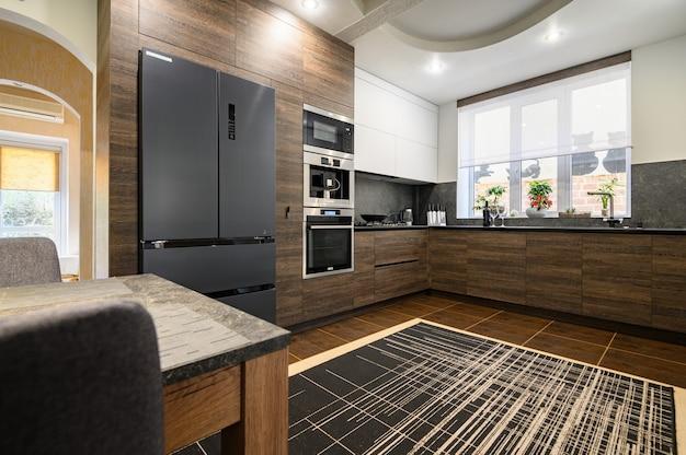 Moderne, luxuriöse, große dunkelbraune graue und schwarze küchendetails