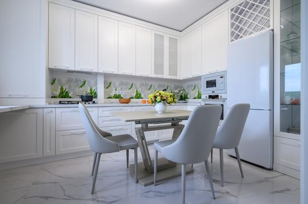 Moderne luxuriöse küche und esszimmer
