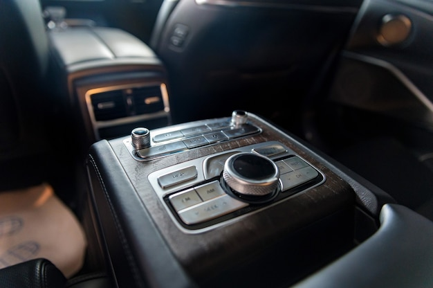 Moderne luxusauto-mittelkonsole für fondpassagiere