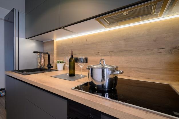 Moderne luxusküche in dunkelgrau