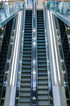 Moderne luxusrolltreppen mit treppe am flughafen