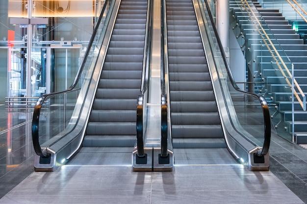 Moderne luxusrolltreppen mit treppenhaus
