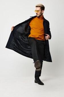 Moderne männer im aufgeknöpften orangefarbenen pulloverhosenmodell