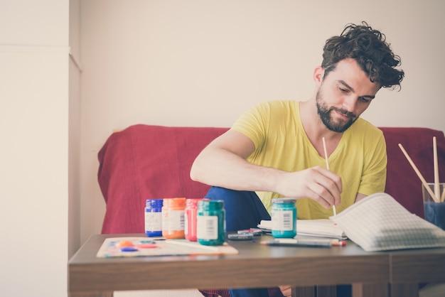 Moderne mannmalerei des hübschen hippies