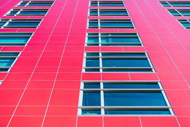Moderne mehrfamilienhäuser an einem sonnigen tag mit blauem himmel. fassade eines modernen mehrfamilienhauses