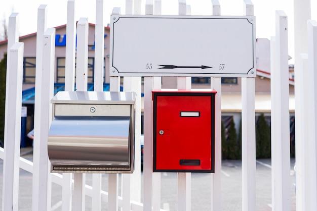 Moderne metallboxen für briefe und zeitungen