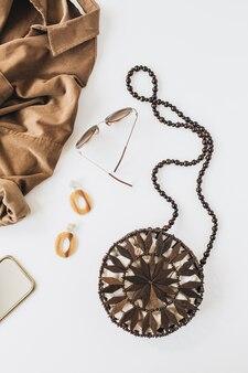 Moderne modekomposition mit damenbekleidung und accessoires auf weiß. hemd, geldbörse, ohrringe, sonnenbrille