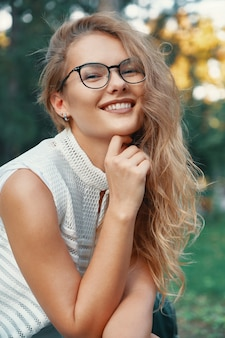 Moderne modellfrau, die brillen, ausdrucksstarke lippen trägt